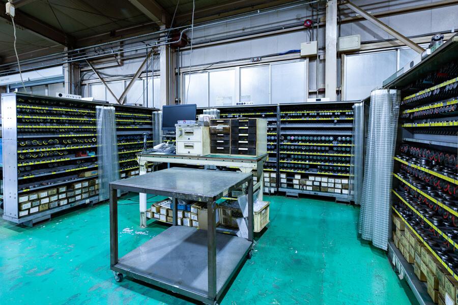 ケービックが保有する約1,600本の金型保管棚