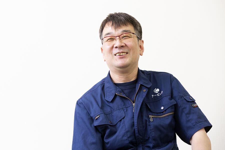 プレスブレーキを担当する先輩社員 友松さん