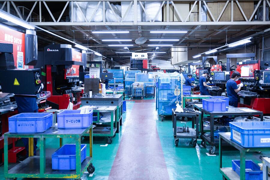 超精密板金のケービックの工場内
