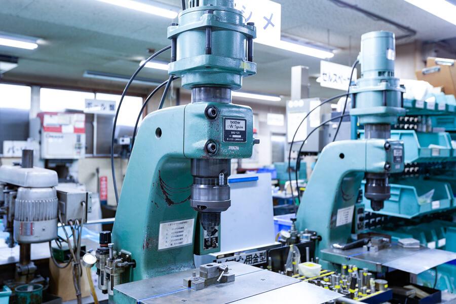 超精密板金のケービックのカシメ加工の設備例