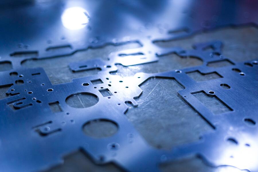 パンチ・レーザー複合加工された材料板
